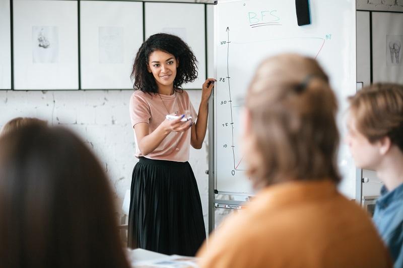 Sosyal Medya Stratejisi Hedeflerini anlatan kız
